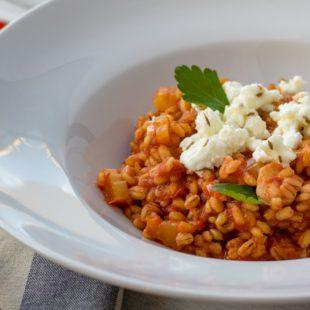Pikantní kroupové rizoto s rajčaty a kmínovým feta sýrem